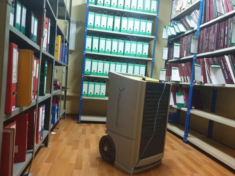 Osuszanie archiwum Urzędu Miasta po awarii instalacji wodnej