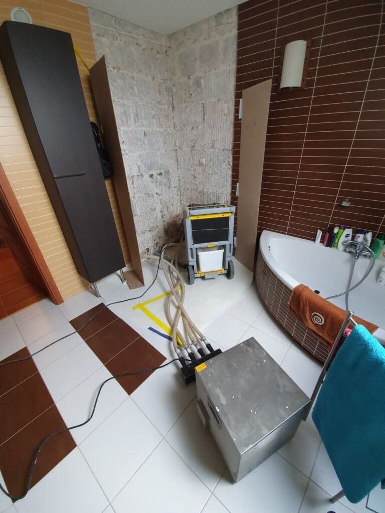 Osuszanie części domu po zalania z kabiny prysznicowej